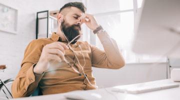 gestresster Büromitarbeiter mit Polyneuropathie